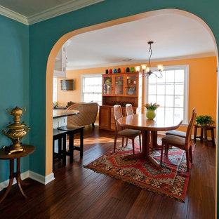 Ejemplo de comedor clásico, de tamaño medio, abierto, con paredes amarillas, suelo de madera oscura y suelo marrón
