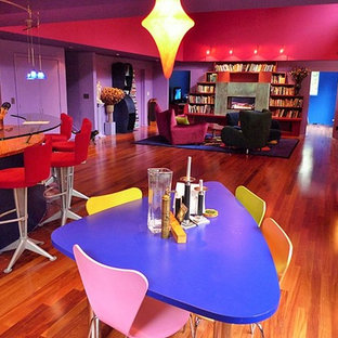 Ispirazione per una sala da pranzo aperta verso il soggiorno bohémian di medie dimensioni con pareti viola, pavimento in legno massello medio e camino lineare Ribbon