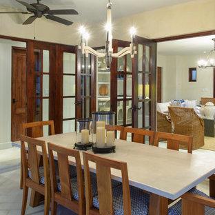 Mittelgroßes Tropisches Esszimmer mit beiger Wandfarbe, Keramikboden und weißem Boden in Sonstige