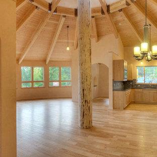 Diseño de comedor de cocina minimalista, de tamaño medio, con paredes beige y suelo de madera clara