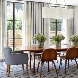 Foto di una grande sala da pranzo classica con moquette, pavimento multicolore, pareti beige e nessun camino