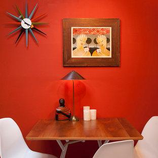 Esempio di una sala da pranzo minimalista con pareti rosse