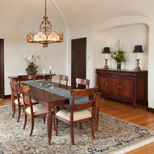 Esempio di una grande sala da pranzo mediterranea con pareti beige, pavimento in legno massello medio e nessun camino