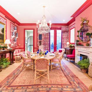 На фото: отдельная столовая в классическом стиле с красными стенами