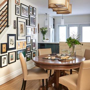 Idéer för mellanstora vintage kök med matplatser, med bambugolv, beige väggar och brunt golv