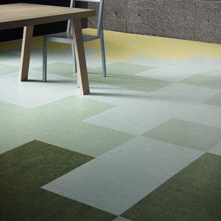 Ispirazione per una sala da pranzo aperta verso la cucina industriale di medie dimensioni con pareti grigie, pavimento in linoleum e nessun camino