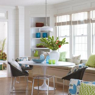 Стильный дизайн: столовая в стиле современная классика с с кухонным уголком, белыми стенами, паркетным полом среднего тона, коричневым полом и стенами из вагонки без камина - последний тренд