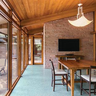 Ispirazione per una grande sala da pranzo aperta verso il soggiorno minimalista con pareti marroni, nessun camino e pavimento blu