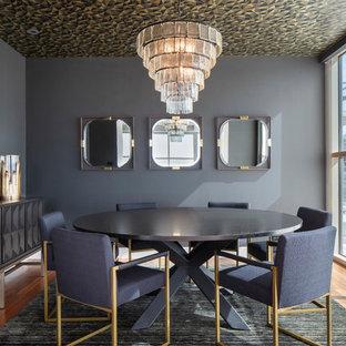 Idee per una sala da pranzo contemporanea chiusa e di medie dimensioni con pareti nere, pavimento in legno massello medio, nessun camino e pavimento marrone