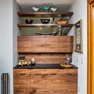 Esempio di una sala da pranzo aperta verso la cucina moderna di medie dimensioni con pareti blu, pavimento in legno massello medio, camino bifacciale, cornice del camino in intonaco e pavimento marrone