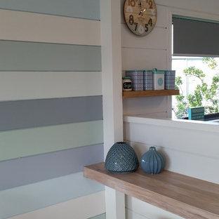 Idee per una sala da pranzo aperta verso la cucina costiera di medie dimensioni con pareti multicolore, pavimento in vinile e pavimento grigio