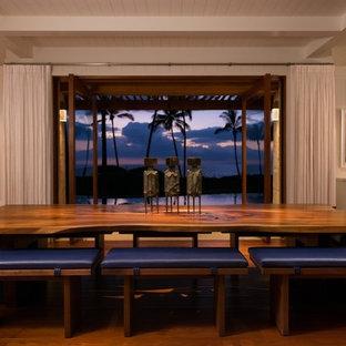 ハワイの広いトロピカルスタイルのおしゃれなLDK (白い壁、無垢フローリング、暖炉なし、茶色い床) の写真