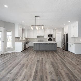 Diseño de comedor de estilo americano, grande, abierto, con paredes grises, suelo laminado y suelo gris