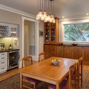 Imagen de comedor de cocina de estilo americano, grande, sin chimenea, con paredes grises y suelo de madera en tonos medios