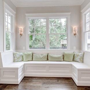 Стильный дизайн: гостиная-столовая среднего размера в стиле современная классика с белыми стенами и полом из фанеры - последний тренд