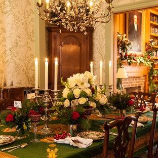 Idee per una grande sala da pranzo classica chiusa con pareti verdi, pavimento in legno massello medio, camino classico, cornice del camino in mattoni e pavimento multicolore