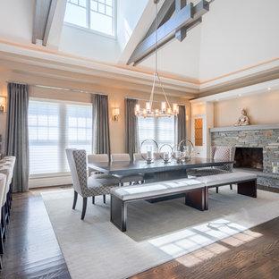 Modelo de comedor de cocina clásico renovado, grande, con paredes beige, suelo de madera oscura, chimenea de doble cara y marco de chimenea de ladrillo