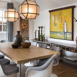 Inspiration för en stor vintage separat matplats, med vita väggar, mellanmörkt trägolv och brunt golv