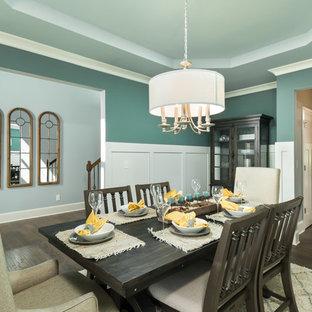 Ispirazione per una sala da pranzo tradizionale chiusa e di medie dimensioni con pareti verdi, parquet scuro e pavimento marrone