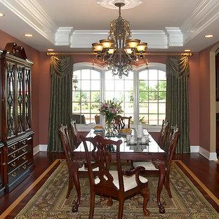 Ispirazione per una sala da pranzo classica chiusa e di medie dimensioni con pareti rosse, pavimento in vinile e nessun camino