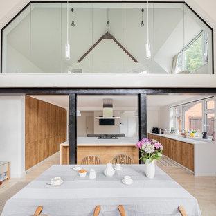 サリーの広いヴィクトリアン調のおしゃれなダイニングキッチン (白い壁、トラバーチンの床、暖炉なし、タイルの暖炉まわり、黄色い床) の写真