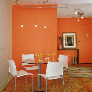 Foto di una sala da pranzo minimal con pareti arancioni