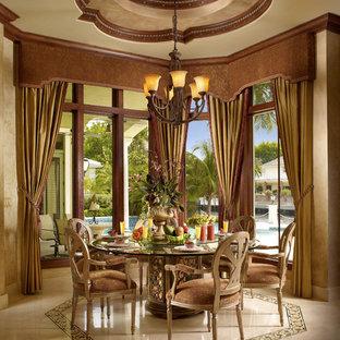 Foto di una sala da pranzo aperta verso il soggiorno mediterranea di medie dimensioni con pareti beige, pavimento in marmo, pavimento beige e nessun camino