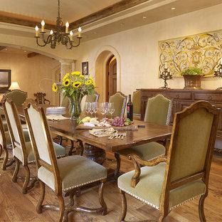 Cette image montre une salle à manger méditerranéenne avec un mur beige et un sol en bois brun.