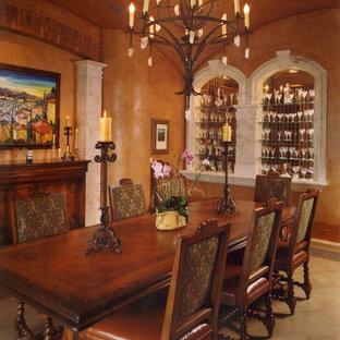 Ispirazione per una sala da pranzo mediterranea con pareti arancioni