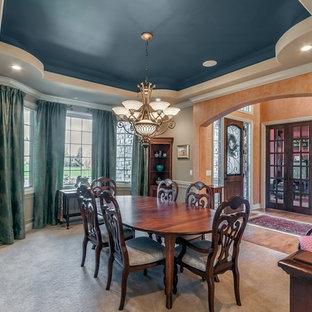 Esempio di un'ampia sala da pranzo classica con pareti arancioni e pavimento in legno massello medio