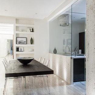 Foto de comedor actual con paredes blancas y suelo de mármol