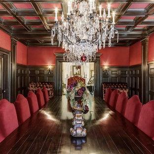 Cette photo montre une très grand salle à manger chic fermée avec un mur rouge et un sol en marbre.