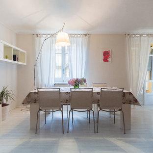 Foto di una sala da pranzo aperta verso il soggiorno minimal di medie dimensioni con pareti bianche e pavimento in legno verniciato