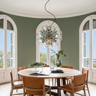 Imagen de comedor mediterráneo, de tamaño medio, cerrado, con paredes verdes, suelo de madera en tonos medios y suelo beige