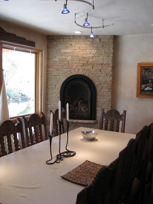ejemplo de comedor de cocina de estilo americano con paredes beige chimenea de esquina y