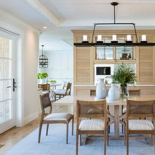 Idée de décoration pour une salle à manger marine en bois avec un mur blanc, un sol en bois brun, un sol marron, un plafond en lambris de bois et un plafond décaissé.