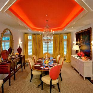 Diseño de comedor clásico con paredes blancas y suelo de madera oscura