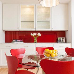Пример оригинального дизайна: столовая в современном стиле с белыми стенами и светлым паркетным полом