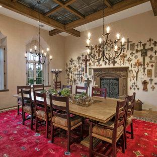 Ispirazione per una grande sala da pranzo mediterranea chiusa con pareti beige, pavimento in terracotta, camino lineare Ribbon e cornice del camino in pietra