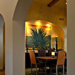 フェニックスの巨大なサンタフェスタイルのおしゃれなLDK (黄色い壁、テラコッタタイルの床) の写真