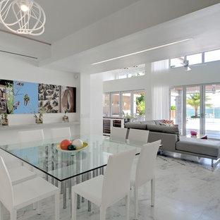 Diseño de comedor contemporáneo, grande, abierto, con suelo de mármol, paredes blancas y suelo multicolor