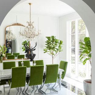 Ispirazione per una sala da pranzo boho chic chiusa con pareti bianche e pavimento in marmo