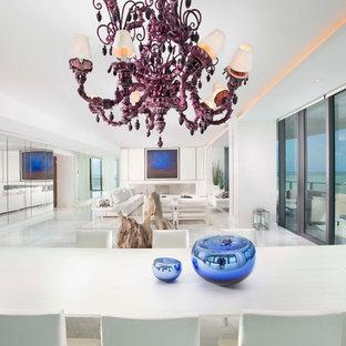 Diseño de comedor actual, extra grande, abierto, con paredes blancas, suelo de mármol, chimenea lineal y marco de chimenea de metal