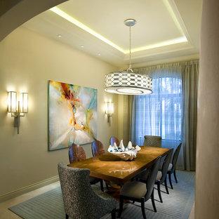 Foto de comedor minimalista, de tamaño medio, cerrado, con paredes beige, suelo de travertino y suelo beige