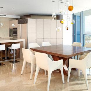 Bild på ett stort maritimt kök med matplats, med vita väggar och marmorgolv