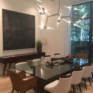 Esempio di una grande sala da pranzo moderna chiusa con pareti bianche, parquet chiaro, nessun camino e pavimento giallo