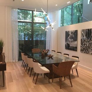 Idee per una grande sala da pranzo moderna chiusa con pareti bianche, parquet chiaro, nessun camino e pavimento giallo