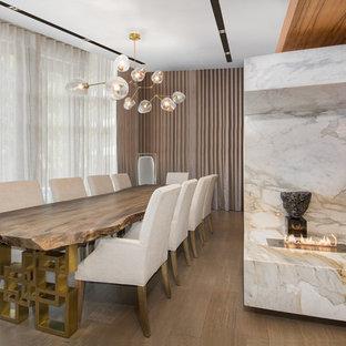 Exempel på en stor modern matplats med öppen planlösning, med mörkt trägolv, flerfärgade väggar, en dubbelsidig öppen spis och en spiselkrans i sten