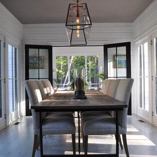 Immagine di una sala da pranzo country chiusa e di medie dimensioni con pareti bianche, parquet chiaro, nessun camino e pavimento marrone