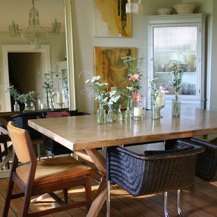 Cette image montre une salle à manger style shabby chic avec un mur beige et un sol en bois brun.